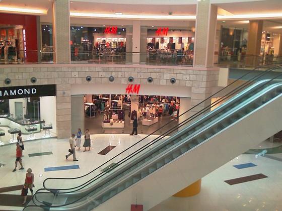 В торговом центре метрополис открывается новый фирменный магазин сети hm не пропустите это событие